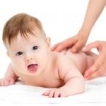 massage-cho-trẻ-với-dầu-tràm-huế